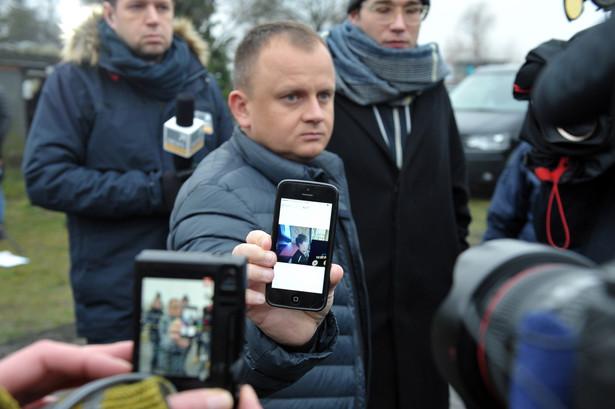 Właściciel firmy transportowej spod Gryfina Ariel Żurawski, pokazuje dziennikarzom pochodzące z monitoringu zdjęcie kierowcy ciężarówki