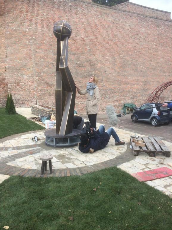 Nataša Kovačević pokraj spomenika očevima naše košarke