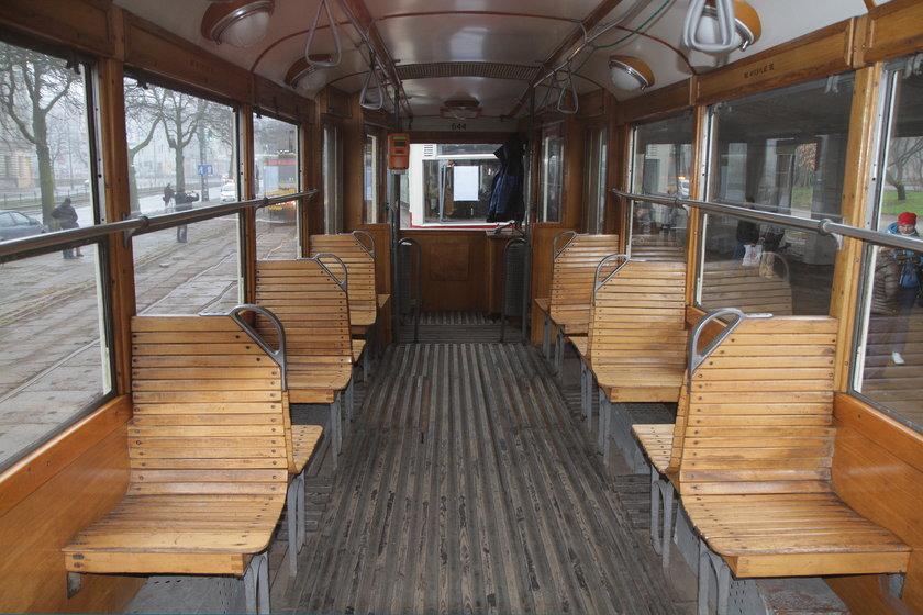 wnętrze tramwaju sprzed pół wieku w Łodzi