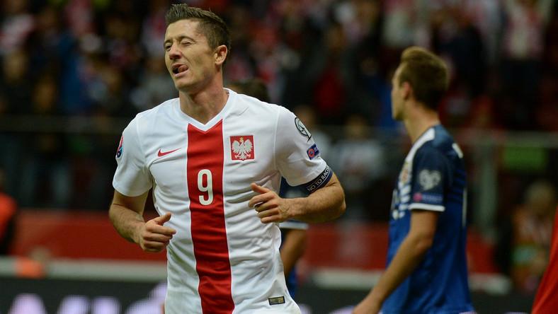 Gracz reprezentacji Polski Robert Lewandowski (L) po strzeleniu czwartej bramki drużynie Gibraltaru podczas eliminacyjnego meczu grupy D piłkarskich mistrzostw Europy 2016 rozegranego na Stadionie Narodowym w Warszawie