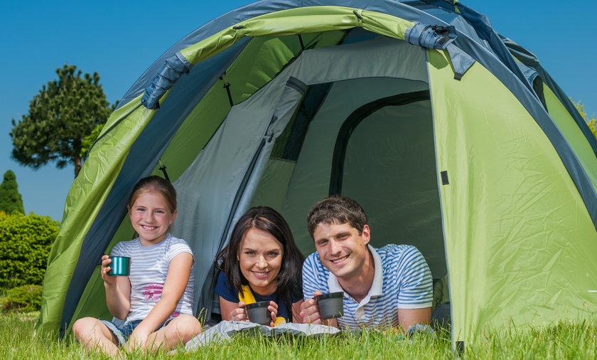 namiot rodzina dziecko wakacje łąka