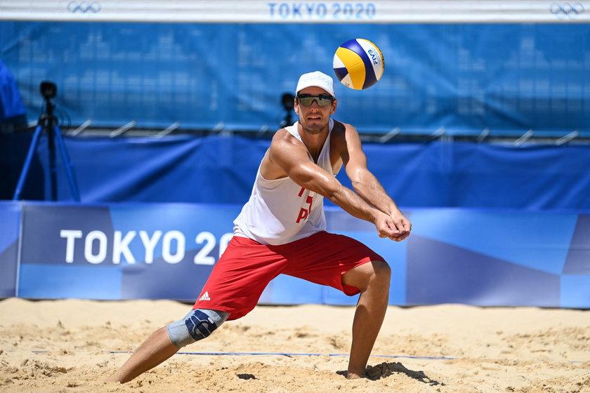 W przypadku siatkarzy plażowych olimpijski piasek tak szybko się nagrzewa, że niektórzy podczas treningów nie chodzą po nim boso, ale w... klapkach.
