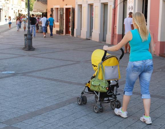 Povređeni majka i beba u kolicima