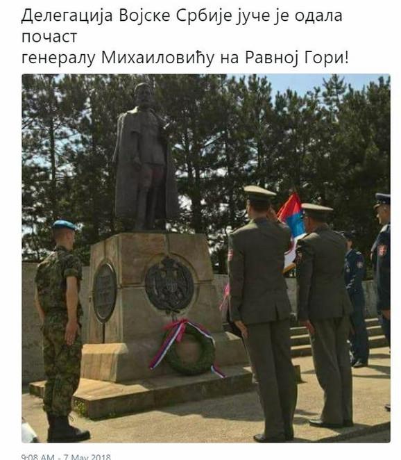 Fotografija vojnika u uniformi koji odaju pomen Draži pojavila se na Tviteru