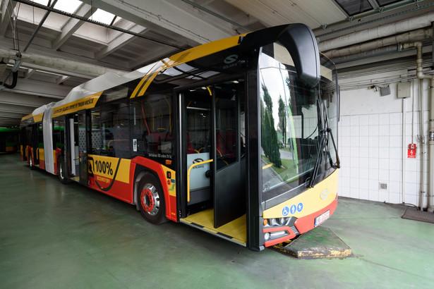 Jak dodał, nowe pojazdy spełniać będą również najwyższe europejskie standardy w zakresie bezpieczeństwa. Będą to autobusy niskopodłogowe, przyjazne dla niepełnosprawnych i osób z wózkami dziecięcymi. Autobusy będą wyposażone ponadto w systemy wewnętrznego i zewnętrznego monitoringu, klimatyzację, a także systemem automatycznego gaszenia pożaru w komorze silnika. Na zdjęciu:Elektryczny autobus Urbino 18 electric firmy Solaris podczas konferencji prasowej w zajezdni autobusowej w Poznaniuajw/ maro/fot. (nlat) PAP/Jakub Kaczmarczyk