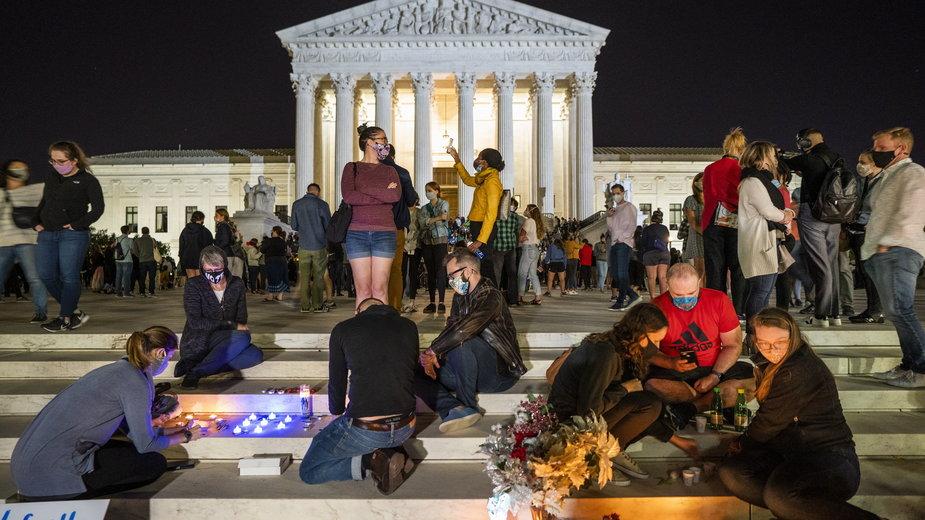 W nocy z piątku na sobotę czasu polskiego, po informacji o śmierci sędzi Ruth Ginsburg, pod Sądem Najwyższym USA w Waszyngtonie zebrały się tłumy jej fanów