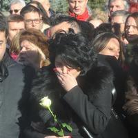 Olivera Ivanovića najmiliji ispratili sa belim ružama u rukama, simbolom čistoće, naklonosti i ponosa