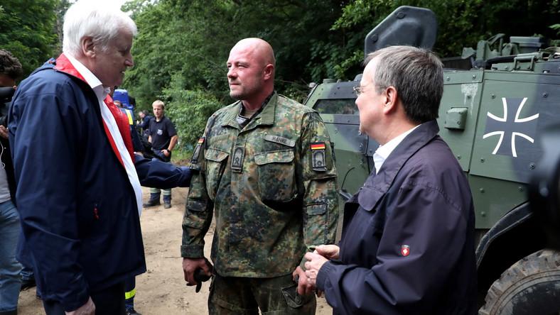 Szef MSW Niemiec Horst Seehofer i premier Nadrenii Północnej-Westfalii Armin Laschet wizytują tereny popowodziowe