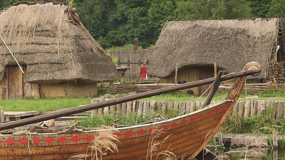 Przykład współczesnej rekonstrukcji słowiańskiej osady z okresu wczesnego średniowiecza (domena publiczna)