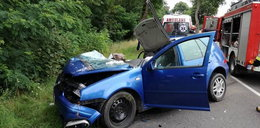 19-latek roztrzaskał auto o drzewo. Ranne kobieta i dziecko
