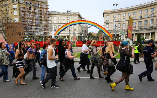 """""""Marsz Szmat"""" przeciwko przemocy seksualnej i stygmatyzacji jej ofiar przeszedł ulicami Warszawy"""