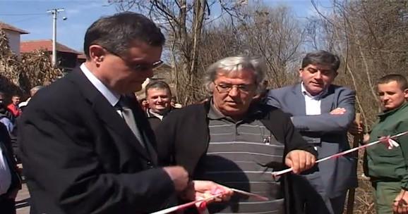 Direktor Branislav Jovanović (krajnje levo) svečano otvara mostić