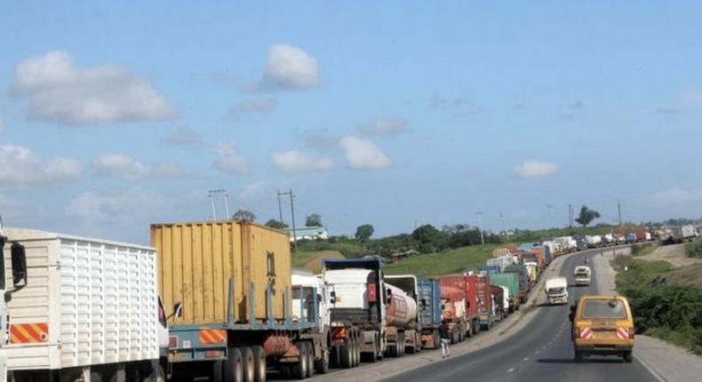 Busy Nakuru Nairobi highway shutdown at Pipeline area over leaking fuel tanker