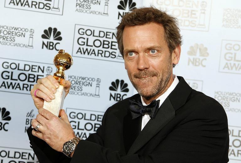 Hugh Laurie ze swoim Złotym Globem w 2007 roku
