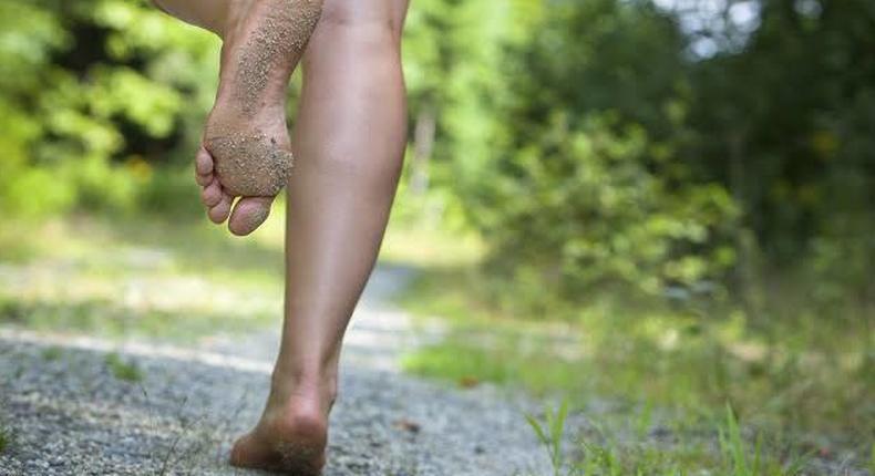 The health benefits of walking barefoot are incredible [greeneyetechno]