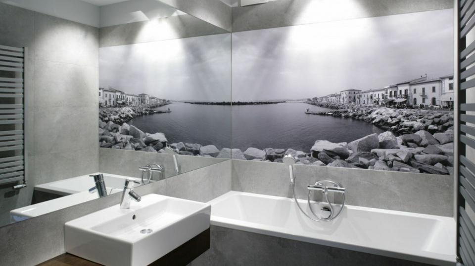 Fototapeta w łazience. Osiem świetnych aranżacji z polskich domów