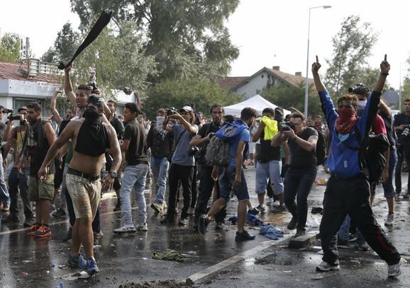 Očaj izbeglica na granici s Mađarskom pretvorio se u revolt