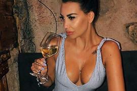 Ona je JEDNA OD NAJLEPŠIH PEVAČICA na srpskoj estradi, ali čekajte da joj vidite ROĐENU SESTRU - prava je BOMBA i preslikana je KATARINA!