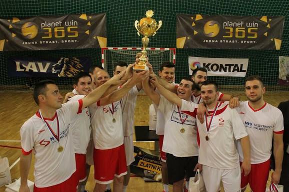 Ekipa NIS sa peharom Zlatnog kupa
