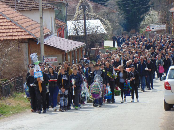 NIS10 pogrebna povorka u selu Temska ispraca n astradalog Srdjana Djosica foto Branko Janackovic