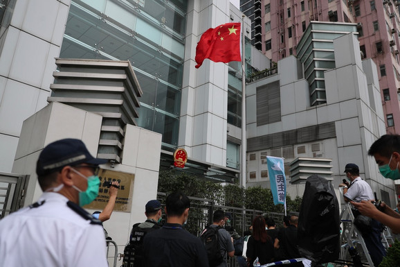 Prodemokratski aktivisti ispred kineske kancelarije za vezu u Hong Kongu