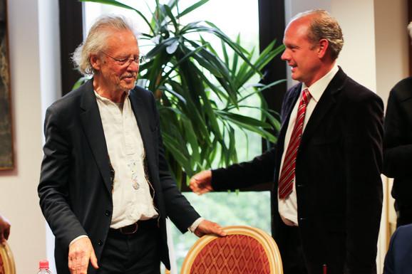 Peter Handke i Bojan Panaotović, direktor Kulturnog centra Novog Sada