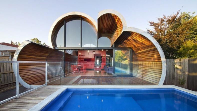 Dom-chmura położony jest w Fitzroy North na przedmieściach Melbourne. Na jego tyłach znajduje się specjalna przybudówka - chmura, która może służyć jako miejsce zabaw lub przejście do ogrodu z basenem. To efekt renowacji ponad 100-letniej budowli