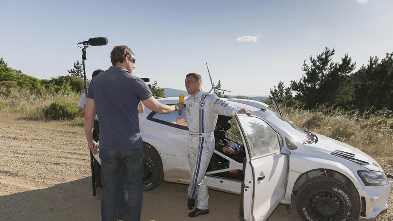 Na Sardynii napastnik narodowej drużyny Niemiec spędził jeden dzień z zespołem kierowców Volkswagena. Siedząc Jari-Matti Latvali w polo R WRC, Podolski po raz pierwszy wcielił się w rolę pilota rajdowego. Razem przejechali trzy razy, liczącą ponad sześć kilometrów, szutrową trasę w pobliżu Oristeo. Na koniec testów duet Latvala/Podolski uzyskał nawet najlepszy czas dnia...