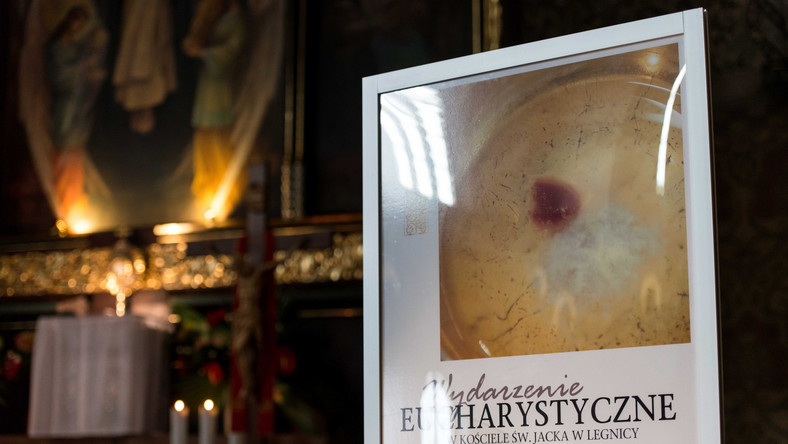 """Doszło do zdarzenia mającego """"znamiona cudu eucharystycznego"""", podają teraz także krajowe media. Powołują się przy tym na słowa biskupa legnickiego Zbigniewa Kiernikowskiego. Duchowny wydał specjalny komunikat, w którym opisał okoliczności zdarzenia."""