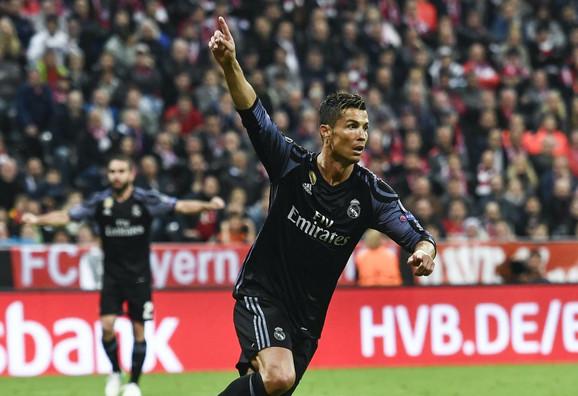 Kristijano Ronaldo slavi drugi pogodak u mreži Bajerna