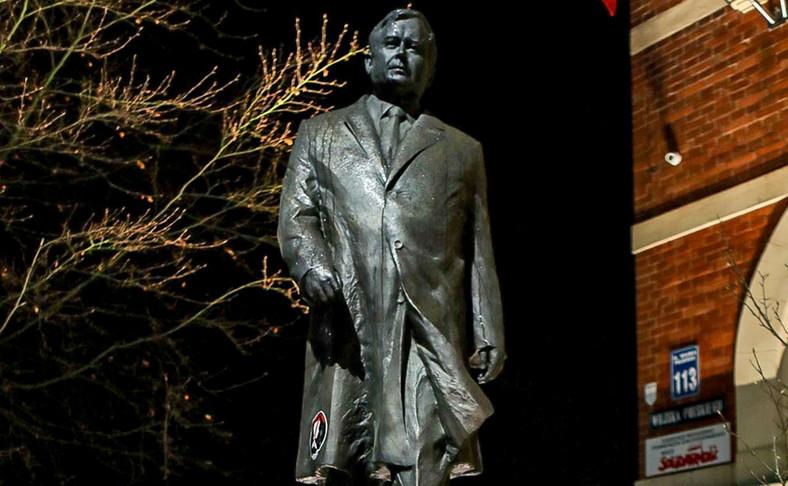 Zdewastowano pomnik Lecha Kaczyńskiego