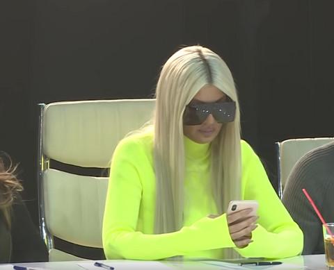 Sve vreme gledala u telefon, prikrivala uznemirenost?! Ovako se ponašala Karleuša na dan kada su objavljene njene NAGE fotografije! VIDEO