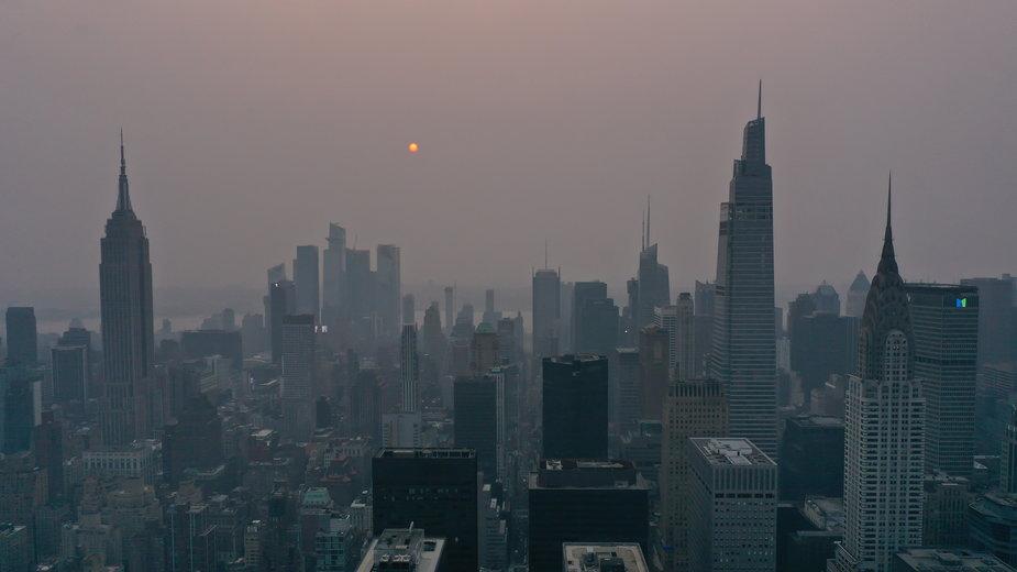 Nowy Jork. Czerwone słońce i dym nad miastem zaniepokoiły mieszkańców