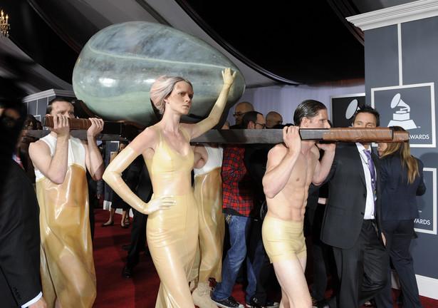 Nagrody Grammy za 2010 r: Lady Gaga została wniesiona w wielkim srebrnym jaju fot. MIKE NELSON PAP/EPA.