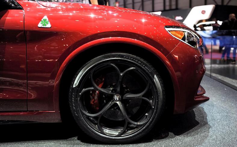 Alfa Romeo Stelvio Quadrifoglio. Zatrzymanie włoskiego SUV-a powierzono hamulcom ceramicznym