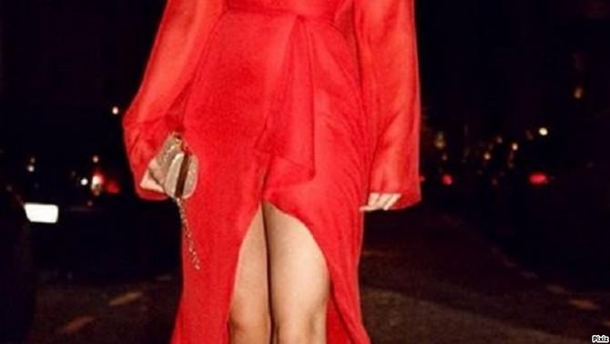 Crvena haljina poznate pevačice