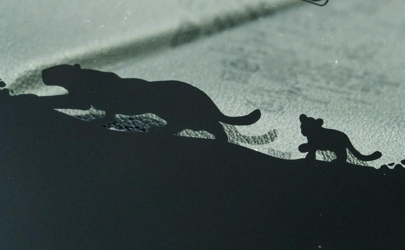Nie zabrakło drobnych niespodzianek - jedną z nich jest wizerunek dużego i małego jaguara na dolnej krawędzi szyby E-Pace