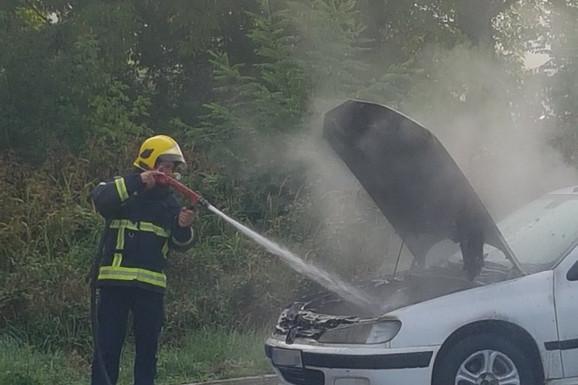 GOREO AUTOMOBIL U LJIGU Vozač u poslednjem trenutku izbegao požar