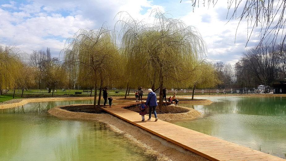 W parku Lotników Polskich powstał staw i miejsce wypoczynku dla mieszkańców
