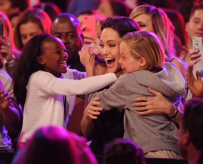 Anđelina sa ćerkama koje slave njenu nagradu