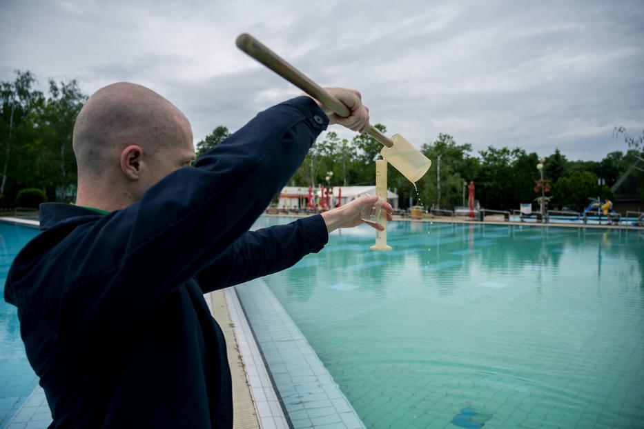 Ha az ellenőrökön múlik,a harkányi fürdőben sem fenyeget senkit semmilyen veszély /Fotó: MTI Sóki Tamás