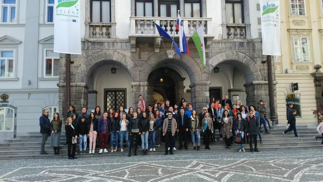 Učenici i profesori ispred Gradske kuće u Ljubljani