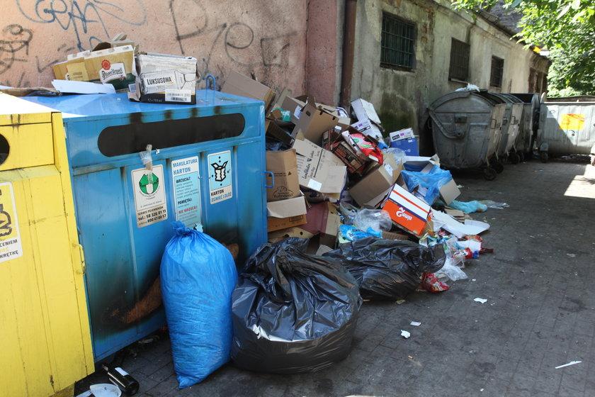 Przepełnione pojemniki na śmieci