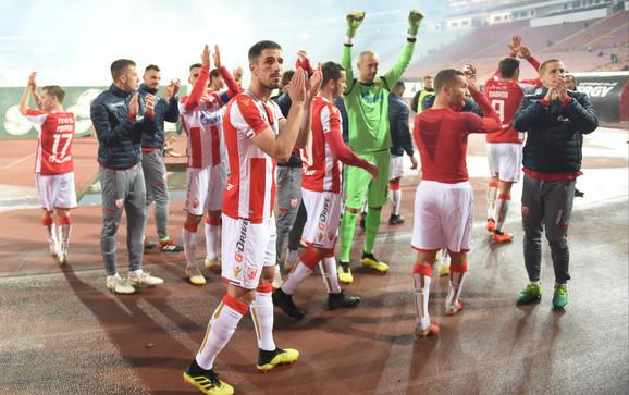 Fudbaleri Crvene zvezde se pozdravljaju sa navijačima pred put u Pariz