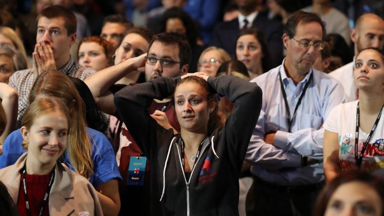 Tuż przed sądnym wtorkiem wszystkie sondaże dawały Hillary Clinton niewielką przewagę w wyścigu o fotel prezydenta Stanów Zjednoczonych. Tymczasem w miarę podliczania głosów i ogłaszania werdyktów kolejnych stanów okazywało się, że wiele z tych, które miały zapewnić wygraną Clinton, wskazało na Trumpa.