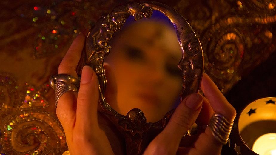 Czego ludzie szukali w lustrze?