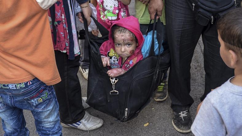 Poraniony chłopiec niesiony przez rodziców w torbie podróżnej to widok, który na długo zapada w pamięć. Wspólnie z tysiącami nielegalnych imigrantów, którzy przybyli do Macedonii, rodzina usiłuje złapać pociąg do Serbii. Później ruszą dalej, do Europy. Dopiero na terenie Unii Europejskiej będą mogli starać się o azyl.