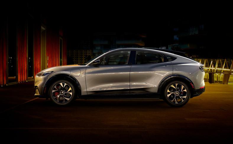 Ford twierdzi, że właściciele pojazdów elektrycznych wykonują 80 proc. ładowań akumulatorów w swoich domach. Dlatego producent oferuje rozwiązanie pod nazwą Ford Connected Wallbox, które ma zapewnić pięciokrotnie większą moc ładowania, niż typowe domowe gniazdko, co oznacza, że klienci mogą dodać szacunkowy średni zasięg 51 km na każdą godzinę ładowania w wersji samochodu z rozszerzonym zasięgiem i napędem na tylne koła. Używając kabla do ładowania domowego Ford Home Charge będącego wyposażeniem pojazdu można dodać szacunkowo 35 km zasięgu na godzinę ładowania z typowego domowego gniazdka instalacji elektrycznej