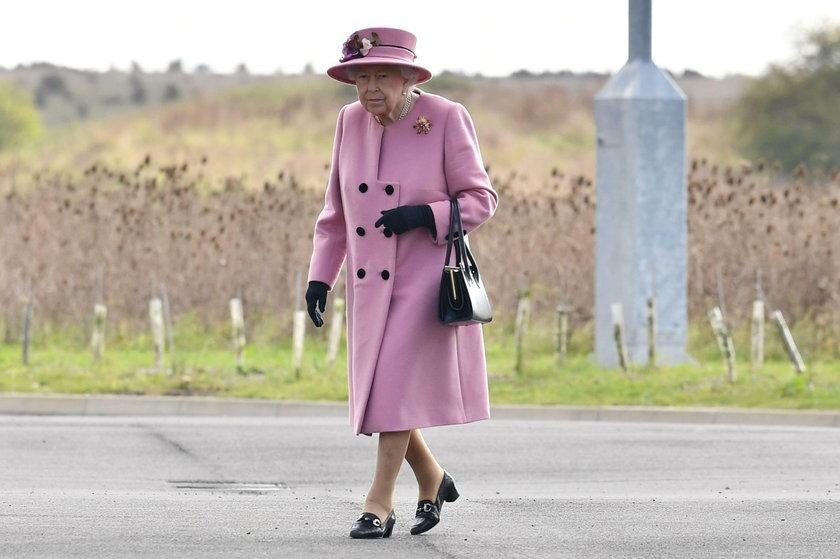 Anglia: Elżbieta II przerwała izolację. Na spotkaniu nie miała maseczki