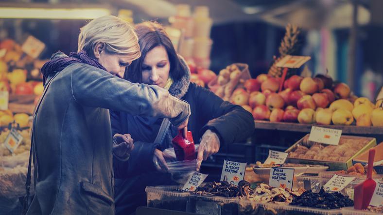 """Natasza Socha i Monika Paluszkiewicz (zdjęcie pochodzi z książki """"Gotuj, karm i kochaj"""")"""